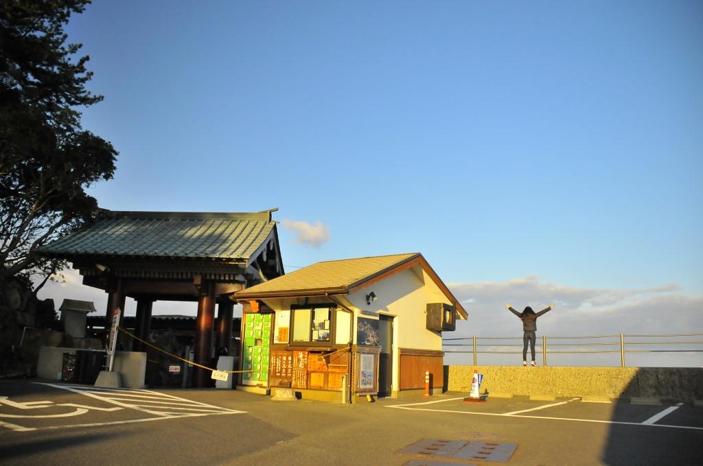 2年前、崎の湯入り口で早朝に羽ばたく私