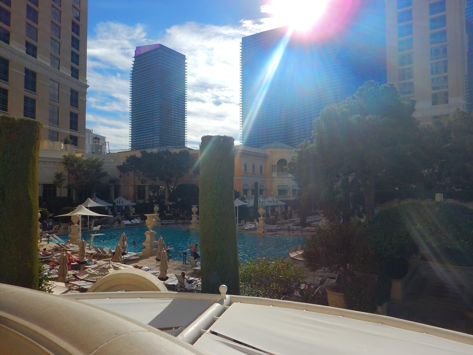 暑いのでプールで泳いでいる人もいた