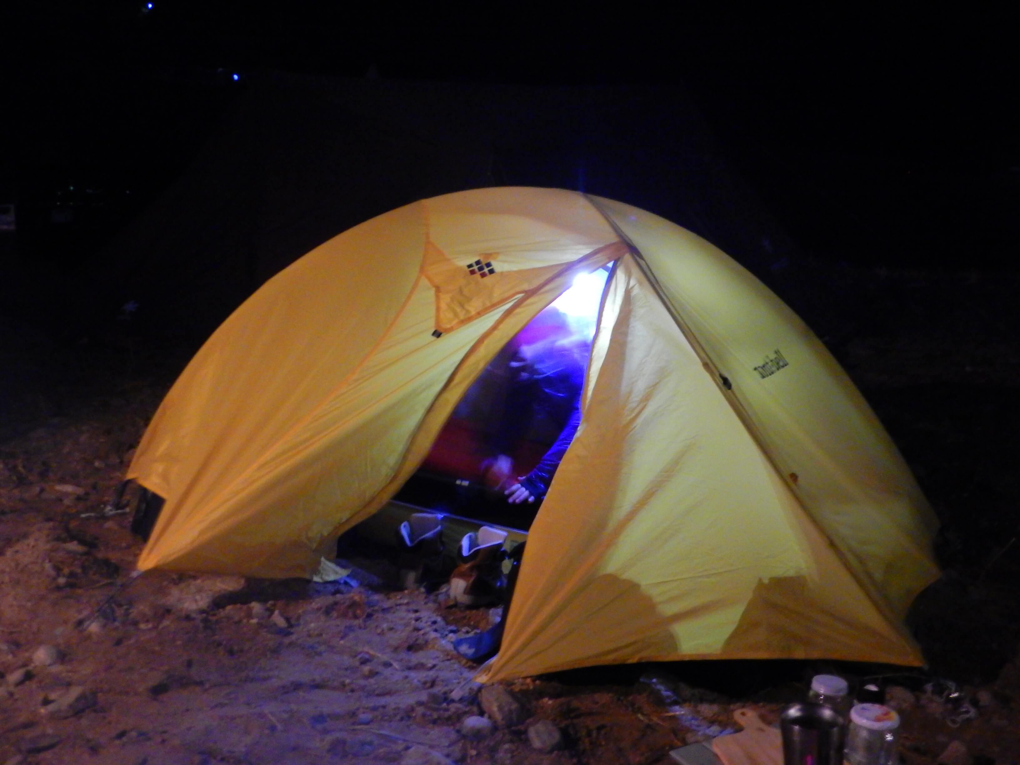 テントの中でゴソゴソしてた