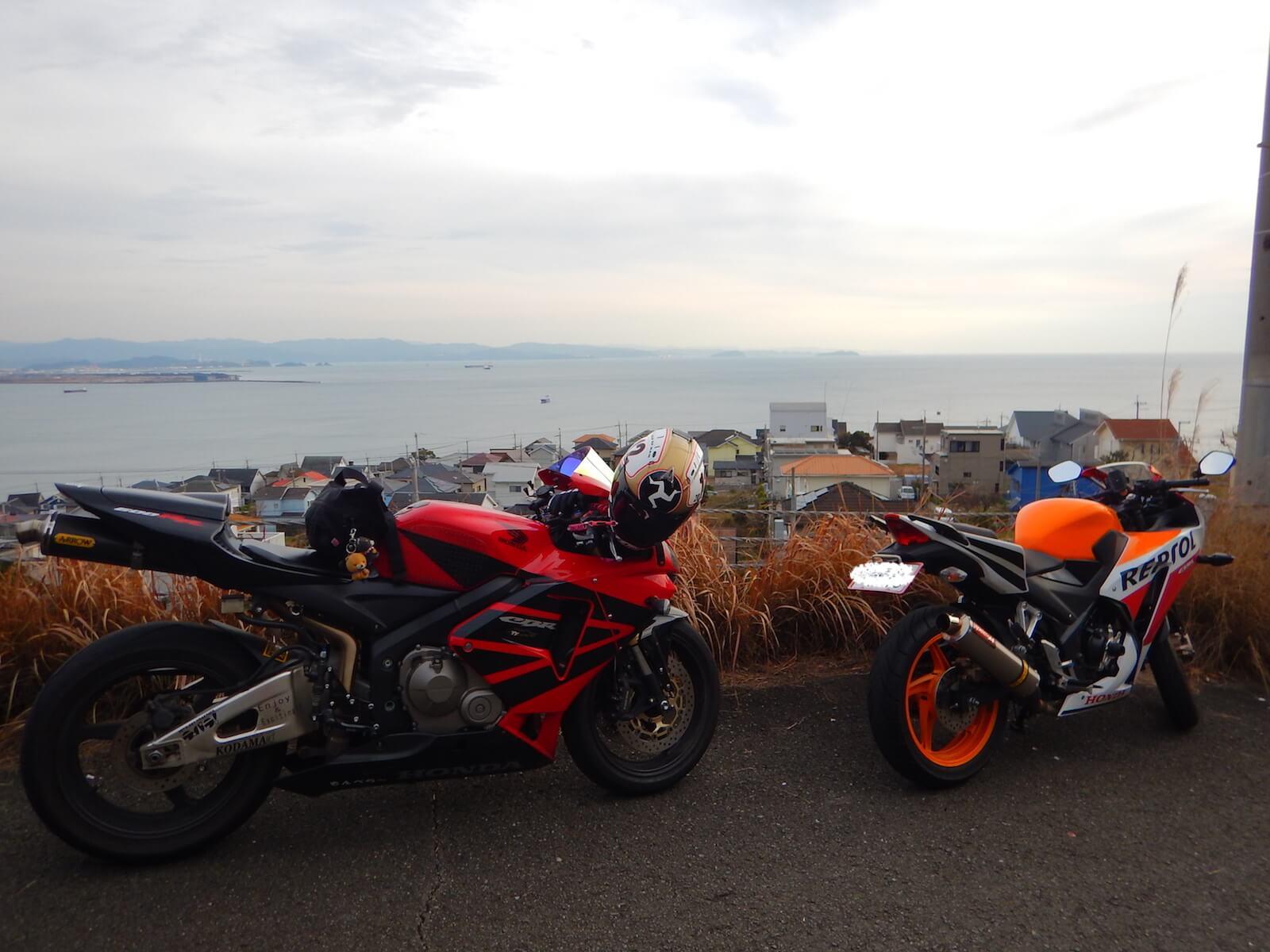 バイクは海の見える場所に止めた(先は行き止まり)