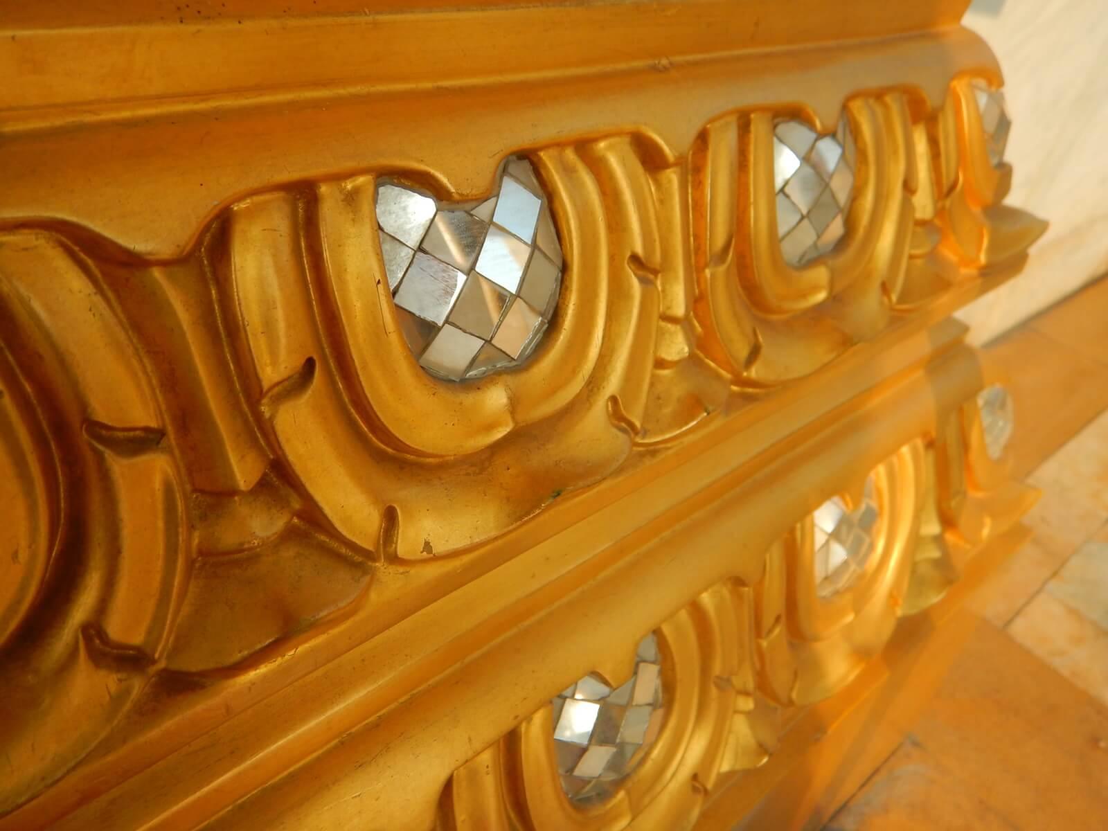 タイのお寺は鏡でキラキラしてる