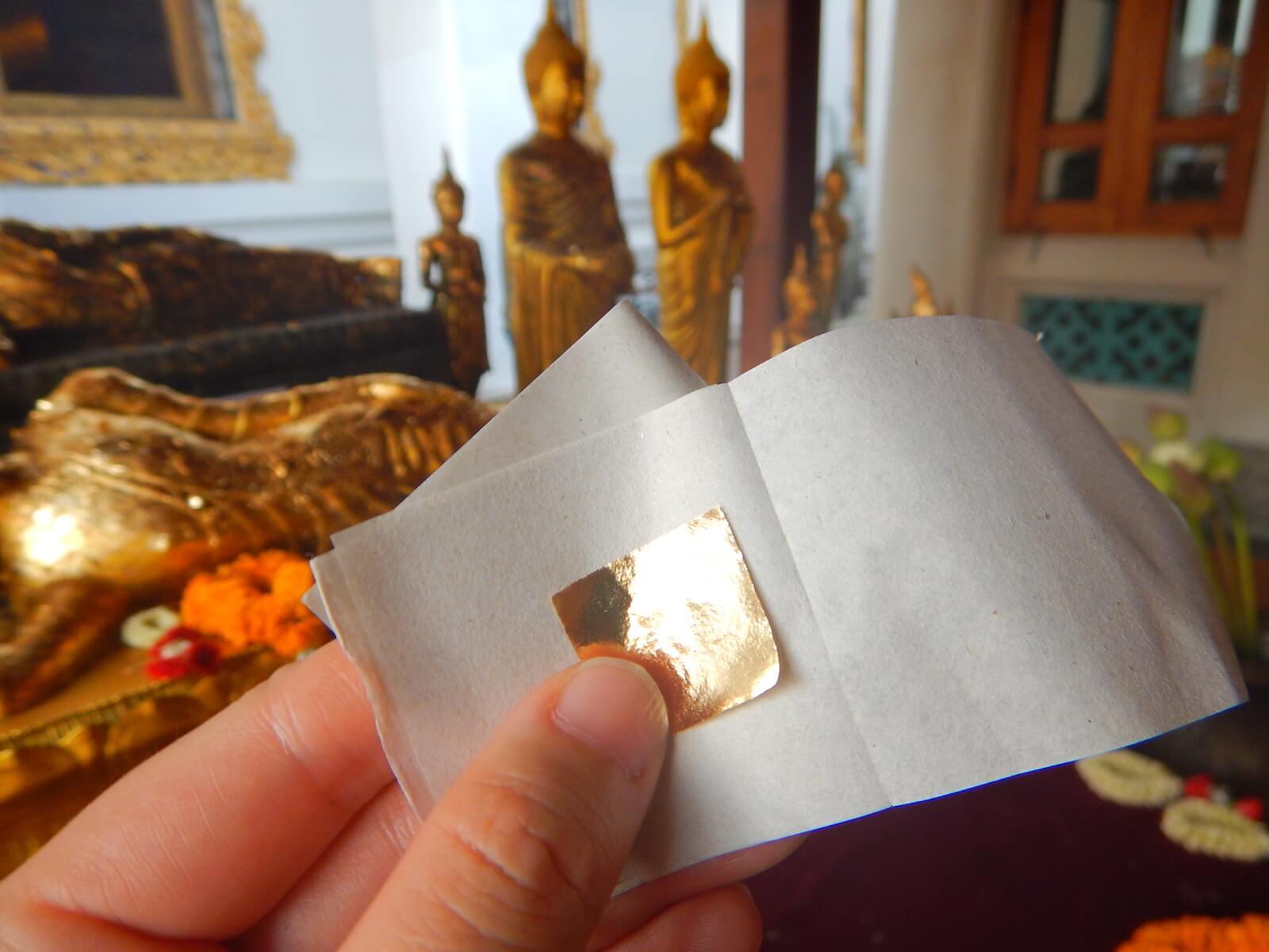 金箔を仏像に貼ります