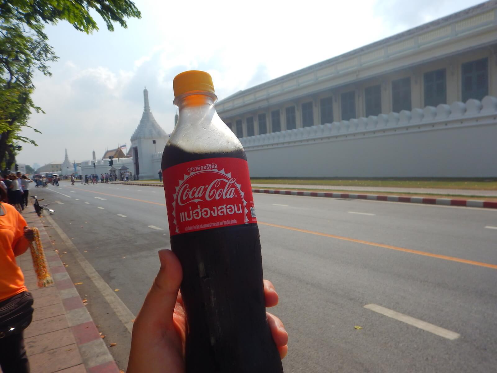 タイのコーラはちょっと細身