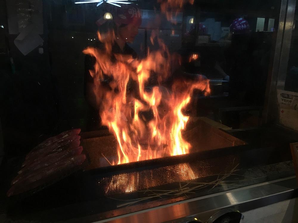 燃える藁とカツオ