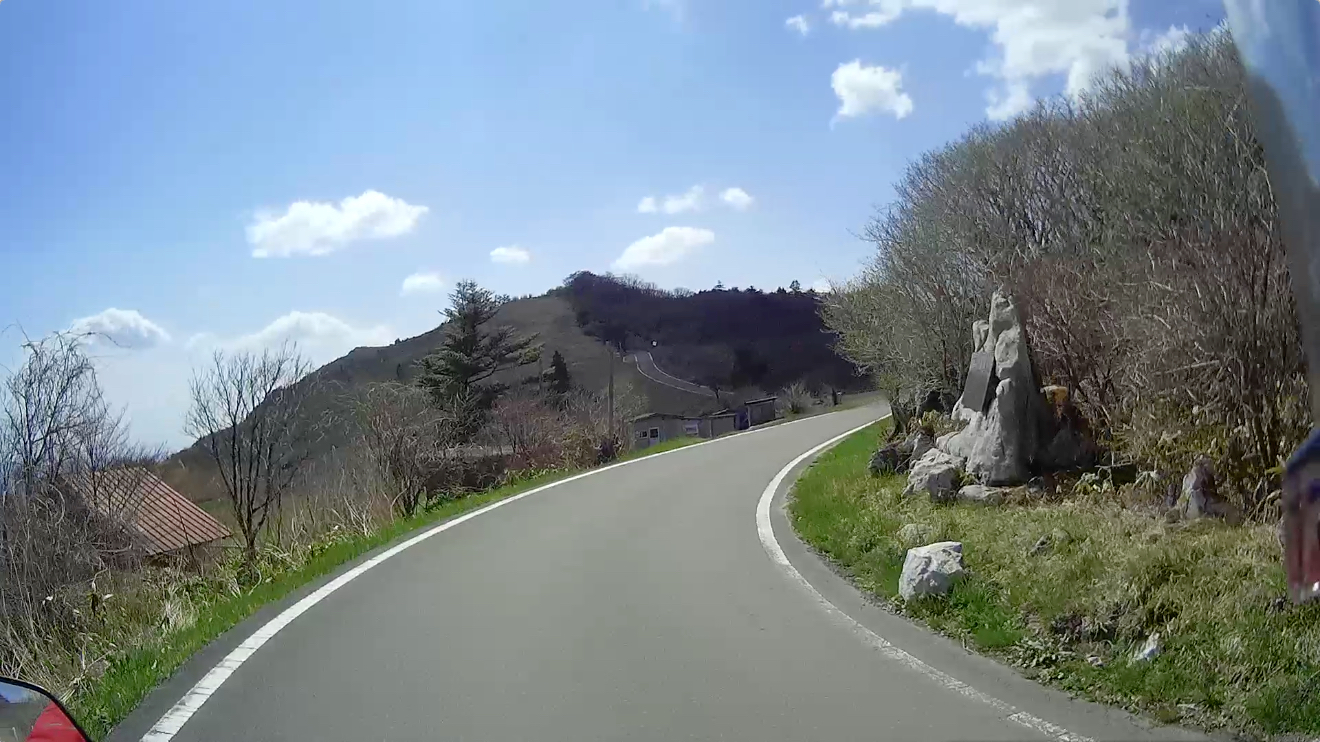 目の前の丘のトンネルをくぐります…