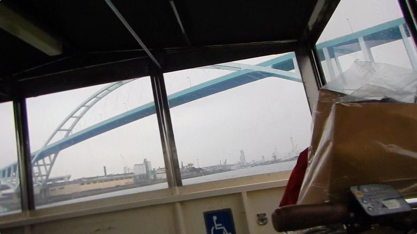 車は高い橋を渡ってます