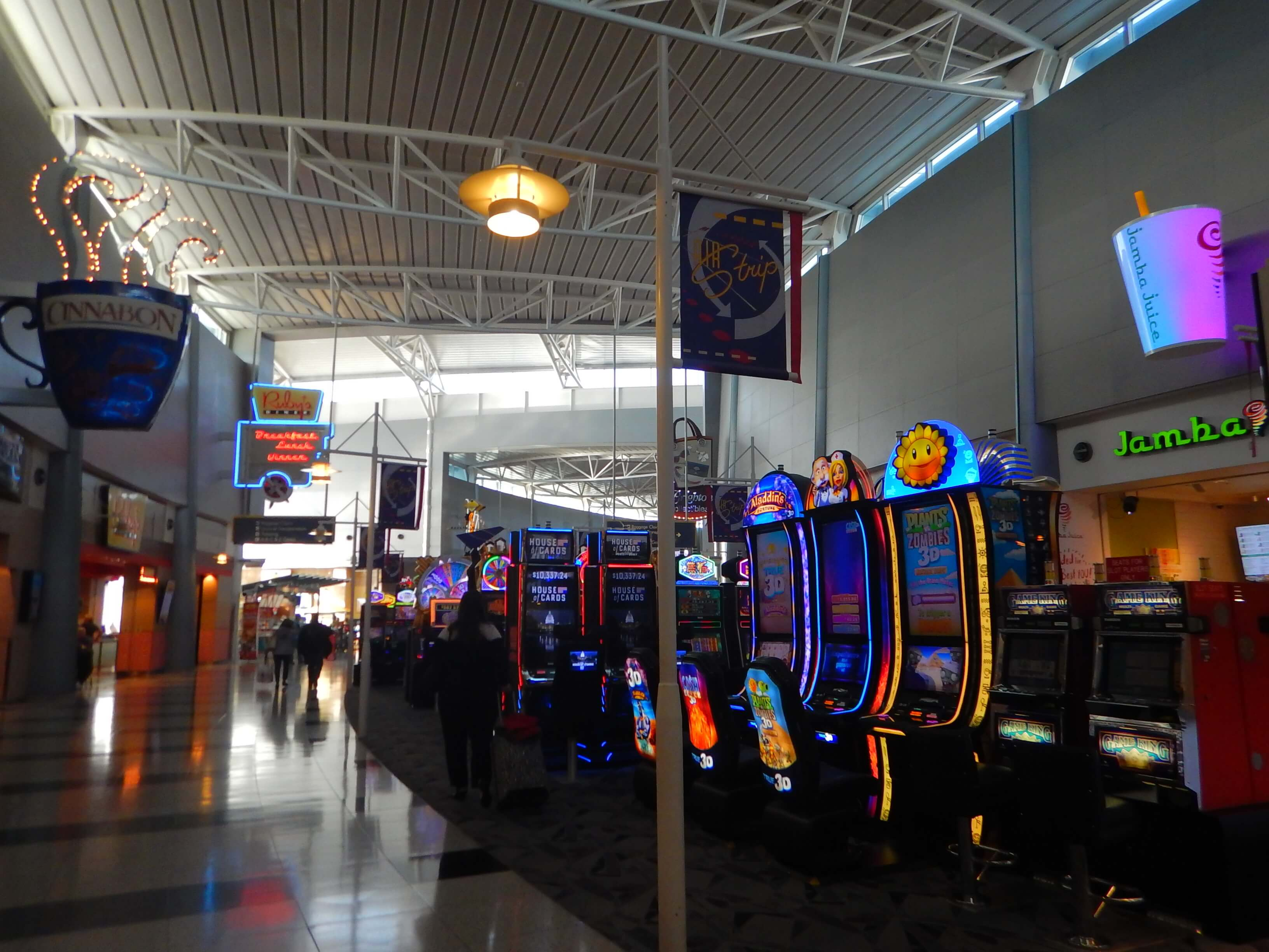 空港内の飲食店通りにもある