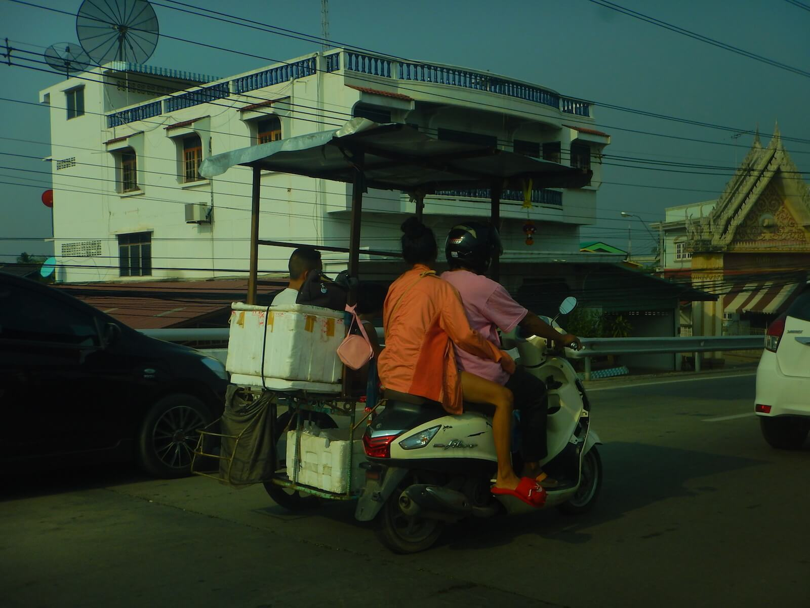 手作り感あふれるサイドカー付きスクーター