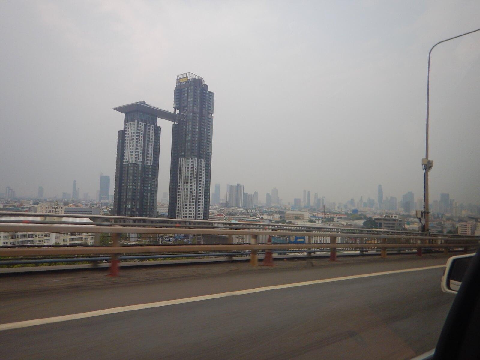 チャオプラヤー川を越えてバンコク市内へ