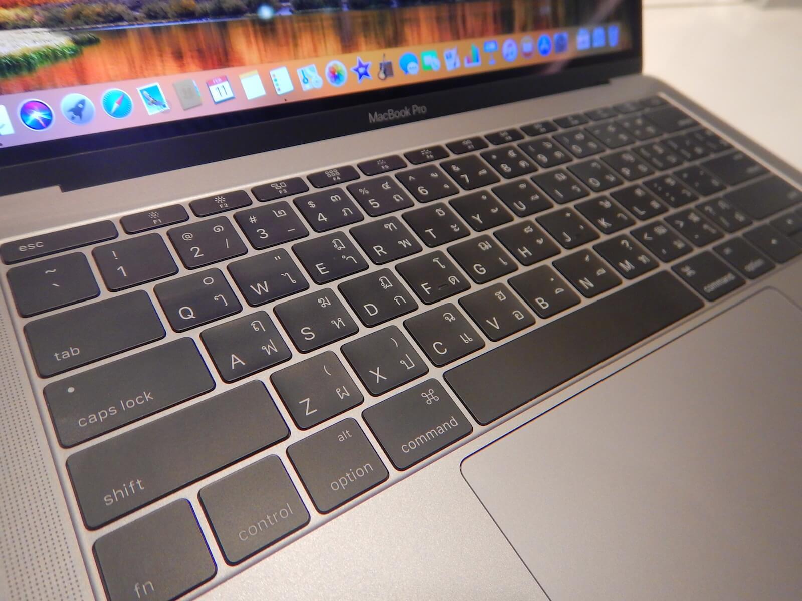 タイ語が印字されたMacBook